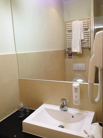 DeSilva Inn Katowice Airport: bathroom