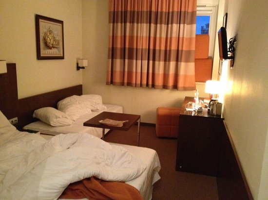DeSilva Inn Katowice Airport: we were staying 3 in the room