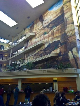 Embassy Suites by Hilton Hotel Phoenix Biltmore: Mural over breakfast station