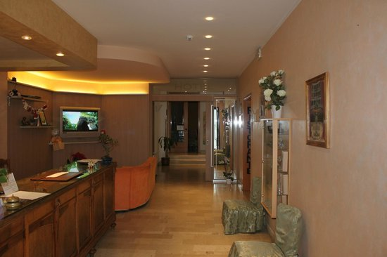 Hotel Le Colombelle: Hall
