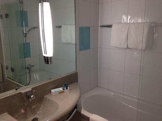 Novotel Zurich Airport Messe: Good bathroom