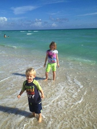 Miami Beach Resort and Spa: Enjoying the Beach in front of hotel