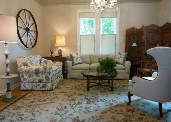 The Guest House Inn on Courthouse Square: Parker Living Room