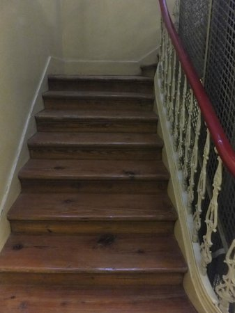 Pensao Londres: escaleras al lado del ascensor