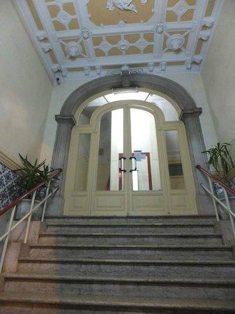 Pensao Londres : escalera de acceso al ascensor