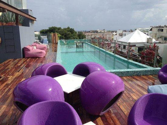 Be Playa Hotel: Rainy day, but still enjoyed the terrace!