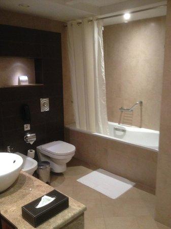 Ramada Abu Dhabi Downtown: Bathroom