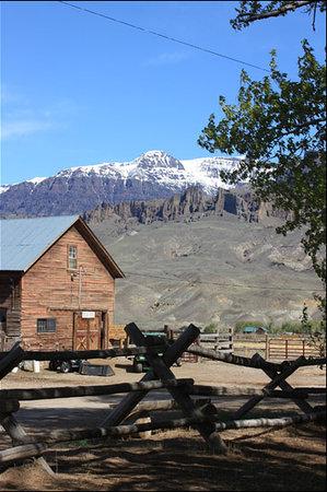 Rand Creek Ranch : Mountain View with Barn