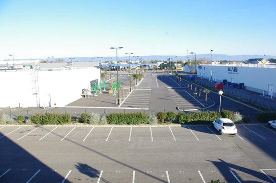 Ibis Budget Carcassonne Aeroport: Parking hotel al lado zona comercial