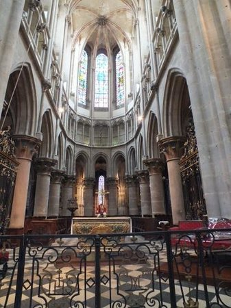 Hotel des Cymaises : Inside the parish church