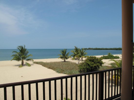 Mirasol Beach Apartment: view from veranda overlooking beach and ocean