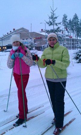 Vierumaki Resort Hotel: Лесная лыжня начинается у входа в отель Scandic
