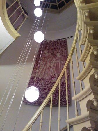 Hotel Van Eyck: Escalera