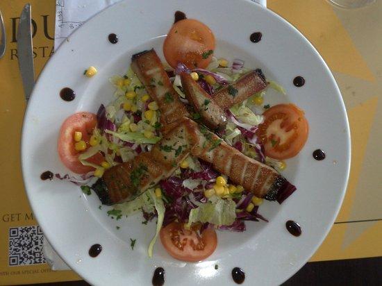 Due Mari Restaurant: Fresh Salad & Cooked Tuna