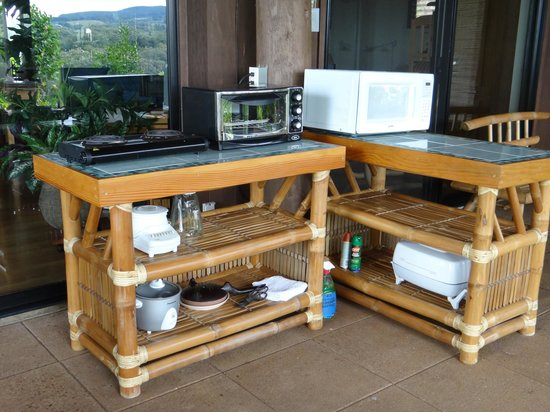 Maui Tradewinds: Suite outdoor cooking area with cleaning solution/rags to clean off creature droppings on tables