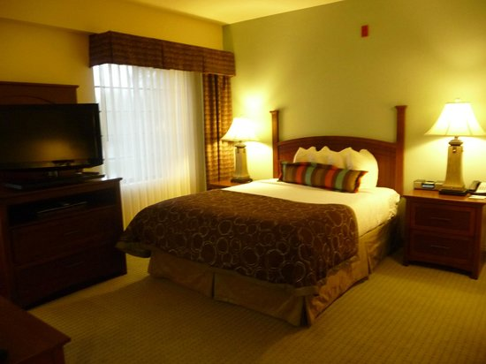 Staybridge Suites Tallahassee I-10 East: Bed in Studio Suite