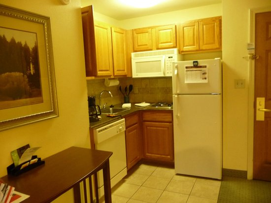 Staybridge Suites Tallahassee I-10 East: Kitchen area in Studio suite