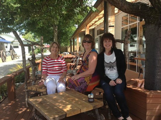 Under the Oaks Cafe: Delightful outdoor seating