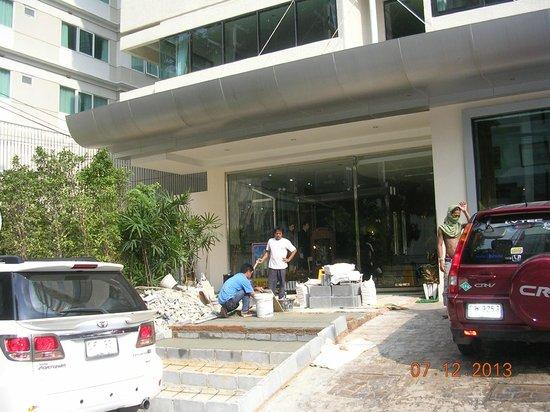 Hotel Mermaid Bangkok : Devant l'hôtel