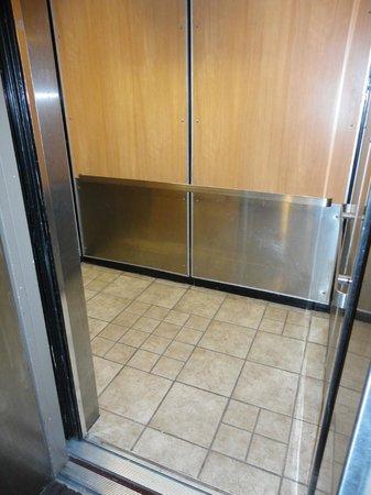 BEST WESTERN Laval-Montreal: Elevator