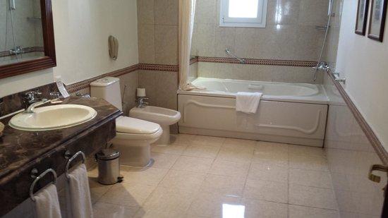 Maritim Jolie Ville Royal Peninsula Hotel & Resort: The bathroom