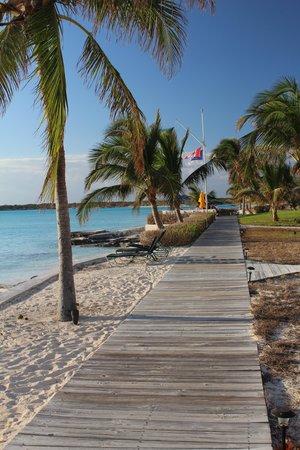 Cape Santa Maria Beach Resort & Villas: The boardwalk in front of all the bungalows.