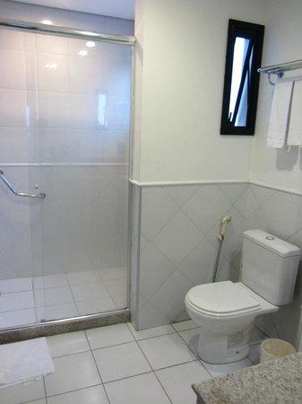 Hotel Saint Paul : Vue sur la douche et WC