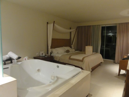 Sun Palace: Jacuzzi and King Bed