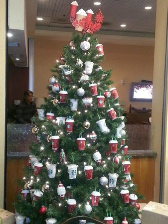 Anaheim Marriott Suites: Christmas spirit in the lobby