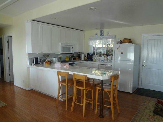 Santa Barbara Cottages: Kitchen