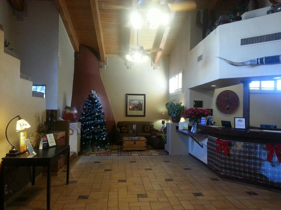 Days Hotel Mesa Near Phoenix: Lobby at Christmas time