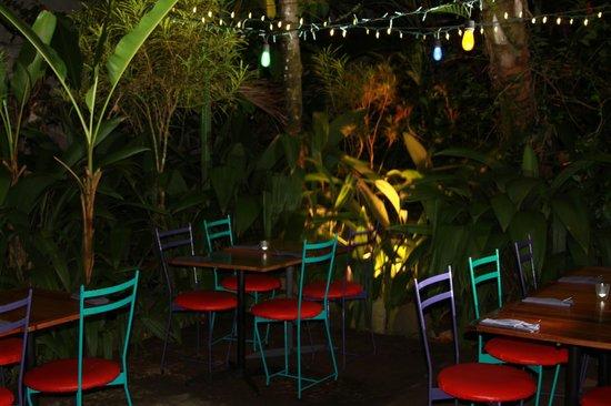 El Patio de Café Milagro - Manuel Antonio: Cool outside dining area