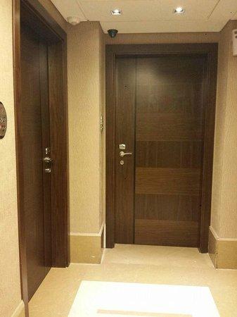Lancaster Suites Raouche: room door