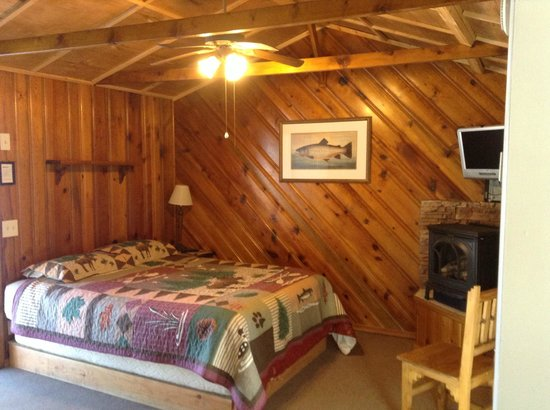 Rainbow Lake Resort : Cedar 1- Queen and Twin beds. Gas Fireplace and Kitchenette, table w/ 4 chairs