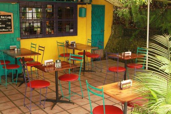 El Patio de Café Milagro - Manuel Antonio: Front area seating