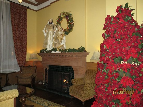Hotel Colorado : Lobby fireplace