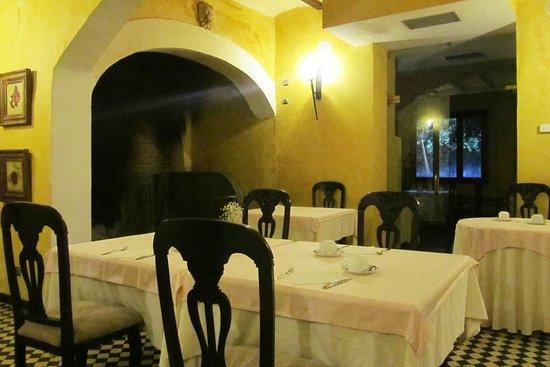 Hotel Sao Joao de Deus: The breakfast room with the huge fireplace