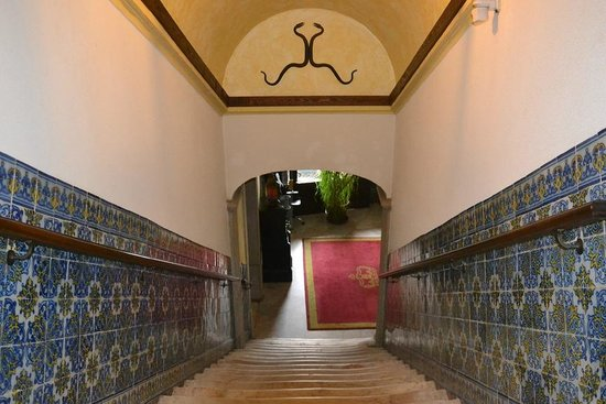 Hotel Sao Joao de Deus : The stairs down to the lobby. Notice the stone steps, which have been used for some years!