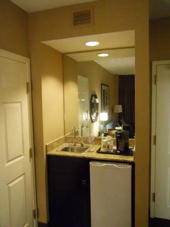 Sheraton Suites Houston Near The Galleria: Kitchenette. Fridge, coffee maker, no microwave.