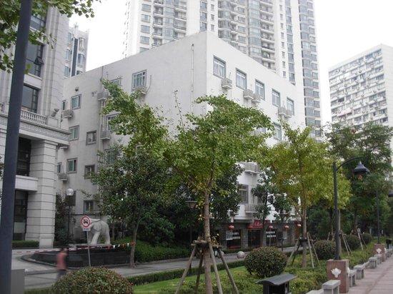 Shanghai Xinlong River Hotel: Вид на отель с набережной