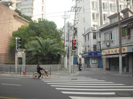 Shanghai Xinlong River Hotel: Здесь надо повернуть к отелю и пройти еще 20 метров