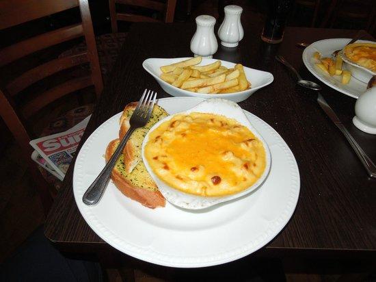 Craignelder Hotel: Macaroni Cheese, Garlic bread and portion of chips