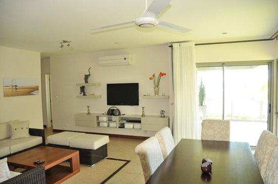 Bon Azur Beachfront Suites & Penthouses by LOV : Coin TV vu depuis la salle à manger