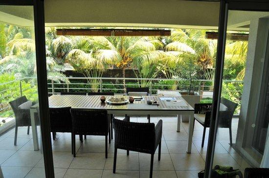 Bon Azur Beachfront Suites & Penthouses by LOV : Une des terrasse avec salle à manger extérieure