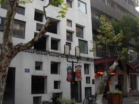 Pod Inn Hangzhou Nansong Yujie : Отель на заднем плане, впереди - дом с разнокалиберными окнами