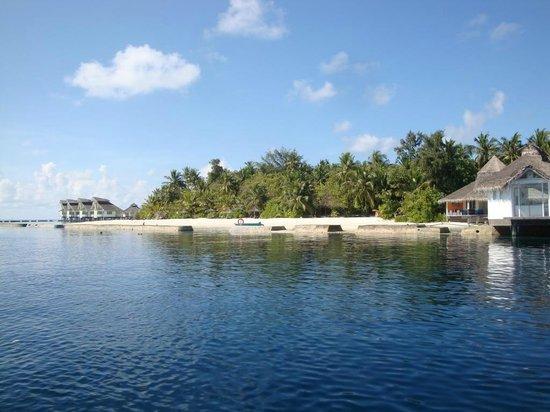 Ellaidhoo Maldives by Cinnamon: Blick zum Tauchcenter b.z.de. Wasserbungalows u. Mauer