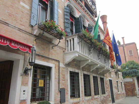 Palazzetto Madonna: outside the hotel