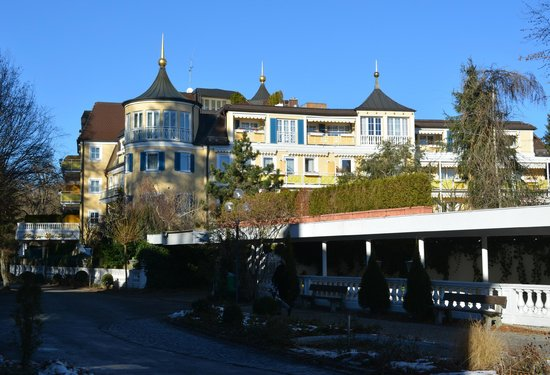 Chateau Fontenay: Hotel und Parkhauseinfahrt