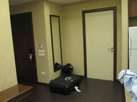 Etoile Suites Hotel : main door