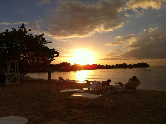 Couples Negril : An amazing sunset on the beach